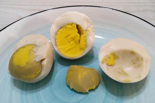 煮熟鸡蛋黄上面的青黑色物质究竟是什么?